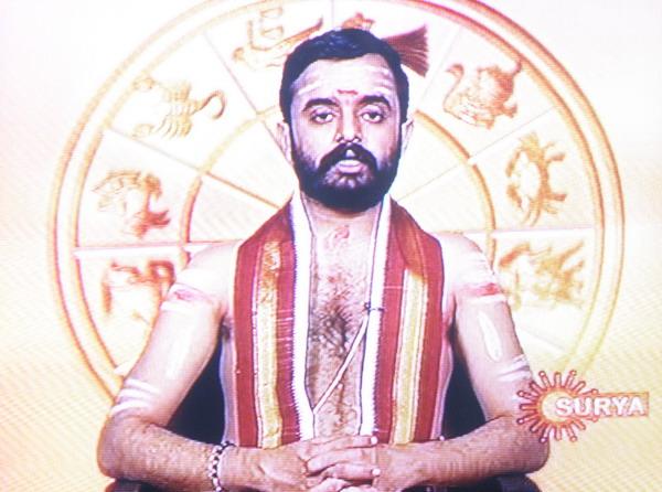 Три полосы украшающие все части тела этого ведического астролога выдают его принадлежность к культу Шивы.