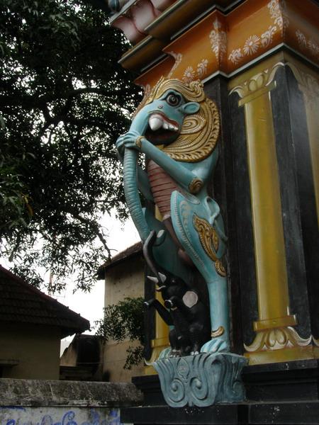мистический слонопатам или химера - составное мифологическое существо, охраняющее индуистские храмы